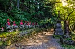 Jizo雕象Buddhas雕象在日落的日光日本Kanmangafuchi深渊 免版税库存图片