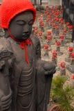 许多与红色帽子的jizo 免版税库存图片