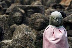 Jizo in den Felsen Stockbild