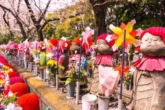 Jizo Japanse beeldhouwwerken bij Zojoji-Tempel in de lentetijd in Toky stock afbeelding