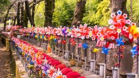 Jizo Japanse beeldhouwwerken bij Zojoji-Tempel in de lentetijd in Toky royalty-vrije stock foto