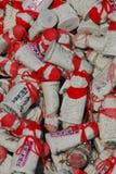 Jizo met rode hoeden in een doos Stock Afbeelding