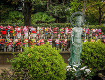 Jizo-Statuen am Kirchhof von Zojo-jitempel, Tokyo, Japan Lizenzfreies Stockbild