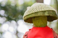 Jizo staty med det röda förklädet Royaltyfri Foto