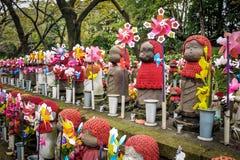 Jizo statyer på kyrkogården av den Zojo-ji templet, Tokyo, Japan Arkivfoton