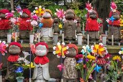 Jizo statyer på kyrkogården av den Zojo-ji templet, Tokyo, Japan Royaltyfri Bild