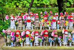 Jizostandbeelden bij de begraafplaats, Zojo -zojo-ji tempel, Tokyo Stock Foto