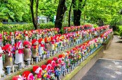 Jizostandbeelden bij de begraafplaats, Zojo -zojo-ji tempel, Tokyo Stock Foto's