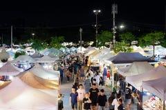 JJ绿化夜市场也许是购物的最凉快的地方在曼谷 免版税库存照片