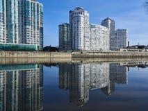 JK Brigantina Kubanskaya Naberezhnaya 31-1 Förbluffa sikt av det lyxiga bostads- av skyskrapakomplexet royaltyfri foto