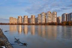 JK Novyj Gorod Ausgezeichnete Herbstansicht des Komplexes der Business-Class-Wohngebäude mit der ganzer Infrastruktur stockfotografie