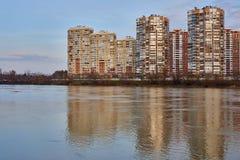 JK Novyj Gorod Mycket härlig sikt av komplexet av bostads- byggnader med all infrastruktur Hus reflekteras i t arkivbilder