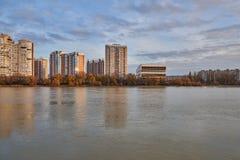 JK Novyj Gorod Storartad höstsikt av komplexet av bostads- byggnader för affärsgrupp med all infrastruktur royaltyfria foton