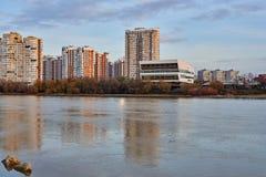 JK Novyj Gorod Ursnygg höstsikt av komplexet av bostads- byggnader med all infrastruktur Hus reflekteras royaltyfria bilder