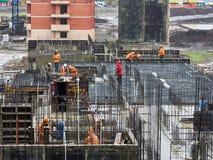 JK Perspektiva En ny bostads- byggnad på monolitisk ramteknologi i området med den existerande infrastrukturen royaltyfria bilder