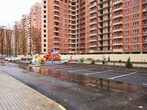 JK Perspektiva Un nouveau bâtiment résidentiel sur le multifenêtrage monolithique dans le secteur avec l'infrastructure existante photos libres de droits