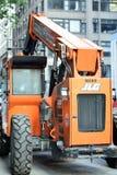 JLG-traktor på gatan Royaltyfria Bilder