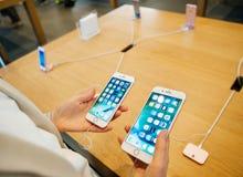 Jämföra både iPhonen 7 och iPhone 7 plus Arkivfoton