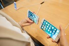 Jämföra både iPhonen 7 och iPhone 7 plus Arkivbilder