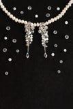 Jn fatto a mano delle perle e degli orecchini i precedenti neri Fotografia Stock Libera da Diritti