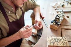 Joalheiro que faz o anel de prata na oficina imagem de stock