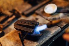 Joalheiro que usa o toque para aquecer ferramentas da soldadura Imagem de Stock Royalty Free