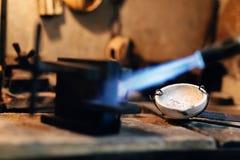 Joalheiro que usa o toque para aquecer ferramentas da soldadura Imagem de Stock