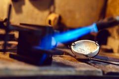 Joalheiro que usa o toque para aquecer ferramentas da soldadura Fotos de Stock