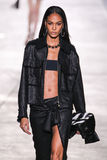 Joan Smalls di modello cammina la pista durante la sfilata di moda di Versace fotografie stock