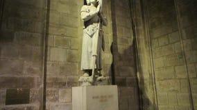 Joana da dama do arco-Notre dentro da catedral do Notre-Dame de Paris vídeos de arquivo