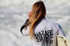 Joana Rocha en vague déferlante pro 2010 de Nazare Photo stock