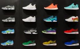 Joanesburgo, África do Sul - 12 de setembro de 2016: Exposição colorida dos calçados de Nike na prateleira preta na loja de Joane fotos de stock