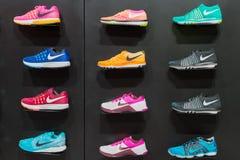 Joanesburgo, África do Sul - 12 de setembro de 2016: Exposição colorida dos calçados de Nike na prateleira preta na loja de Joane imagens de stock royalty free