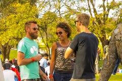 Joanesburgo, África do Sul, 05/10/2014, rir dos amigos foto de stock royalty free