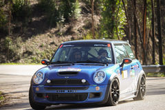 Joao Goncalves treibt Mini Cooper S an Stockbilder