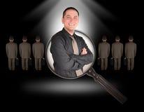 Job-Angestellt-Mann-Recherche auf Schwarzem stockfoto