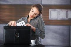 Job di ricerca della donna di affari attraente Fotografia Stock