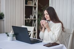 Job in linea una ragazza dietro i computer portatili e immagine stock libera da diritti