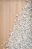 Job& x27; s łzy lub Coixseed drewniany tło Fotografia Stock
