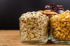 Job& x27; strappi di s e seme secco del cereale in vetro, prodotto di agricoltura Immagine Stock