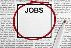 Jobanzeige in der Zeitung Stockfotos
