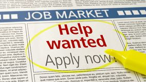 Jobanzeige in einer Zeitung - Hilfe gewünscht lizenzfreies stockfoto