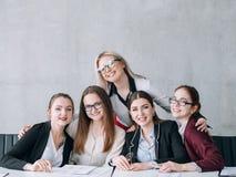 Jobböppningen som hyr le kvinnor, kopierar utrymme royaltyfria bilder
