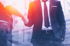 Jobb för avtal för Smart två affärsmanhandskakning färdigt royaltyfria foton