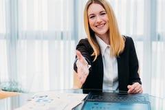Jobb som hyr anställning för hand för karriärrekryteraretimme arkivbild