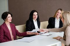 Jobb som hyr intervju för sökande för timme-lagarbete royaltyfri fotografi