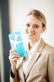 Jobbanvisning för affärskvinnaholdingluft royaltyfri foto
