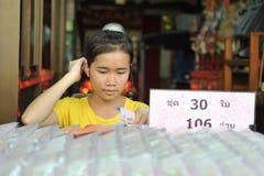 jobbanvisning för bangkok lotterisäljare arkivbilder