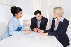 Jobbintervju: grupp av businesspeople som sitter runt om en tabell. Royaltyfri Fotografi