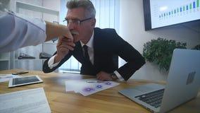 Jobbintervju - lycklig rekryterare som skakar handen med kandidaten lager videofilmer